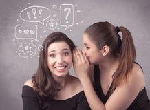 Девушка говоря секретные вещи к ее подруге Стоковые Фотографии RF