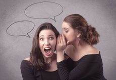 Девушка говоря секретные вещи к ее подруге Стоковое Фото