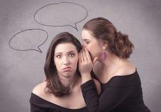 Девушка говоря секретные вещи к ее подруге Стоковое Изображение RF
