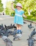 девушка голубей двухклассная Стоковое Фото