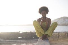 Девушка гонки черного африканца молодая красивая модельная 25 лет старой пользы средства массовой информации интернета телефона и стоковые фото