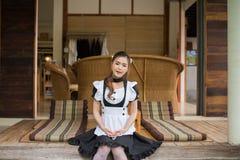 Девушка горничной японского стиля cosplay милая Стоковое Изображение