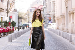 Девушка города шикарная с неоновой блузкой Стоковое фото RF