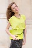 Девушка города шикарная с неоновой блузкой Стоковое Фото