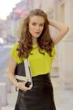 Девушка города шикарная с неоновой блузкой Стоковые Фотографии RF