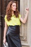 Девушка города шикарная с неоновой блузкой Стоковое Изображение