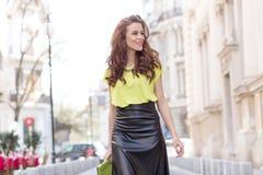 Девушка города шикарная с неоновой блузкой Стоковые Фото