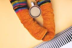 Девушка горячая около подогревателя в носках Стоковое фото RF