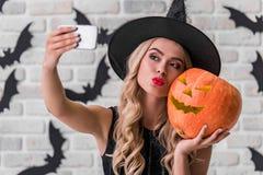 Девушка готовая для партии хеллоуина стоковое фото