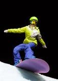 Девушка готовая для того чтобы сползти с сноубордом на ноче Стоковое Изображение RF