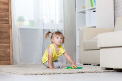 Девушка 2 года играть Стоковые Изображения RF