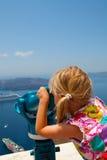 девушка Греция биноклей смотря santorini Стоковая Фотография RF