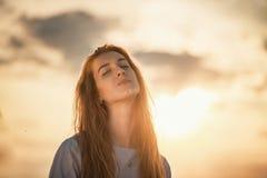 Девушка греясь в солнце Стоковая Фотография