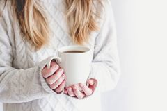 Девушка грея с горячей кружкой кофе Стоковая Фотография