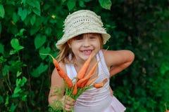 Девушка грызет морковь Стоковое Фото