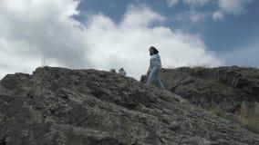 Девушка гуляя на утесы акции видеоматериалы