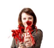 девушка дает сердце Стоковые Фотографии RF