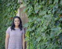 Девушка дверью и плющом Стоковое Фото
