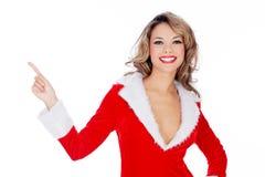 Девушка Дед Мороз представляя что-то и указывать Стоковые Фотографии RF