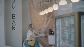 Девушка делает заказ в кафе сток-видео