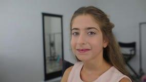 Девушка делает макияж в комнате макияжа акции видеоматериалы