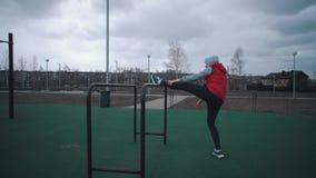 Девушка делает подогрев на земле спорт сток-видео