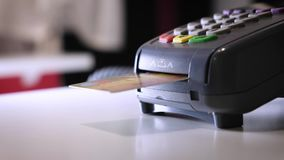 Девушка делает приобретение с банком или кредитную карточку используя электронный обломок в карточке Введите карточку в стержень акции видеоматериалы