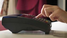 Девушка делает приобретение с банком или кредитную карточку используя магнитную ленту сток-видео