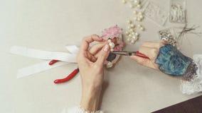 Девушка делает ювелирные изделия Стоковое Изображение RF
