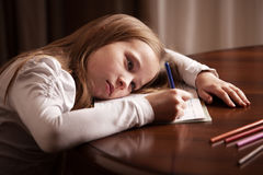 Девушка делая домашнюю работу Стоковые Фотографии RF