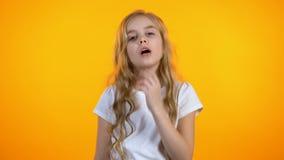 Девушка делая жест facepalm и хмурясь, низкое качество, капризный ребенок, конфликт видеоматериал