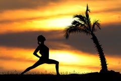 Девушка делая йогу на острове Стоковое Изображение RF