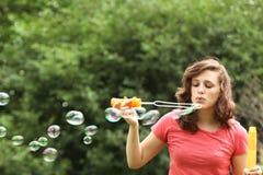 Девушка делая мыло пузыря Стоковые Изображения RF