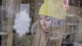 Девушка делая покупки окна видеоматериал
