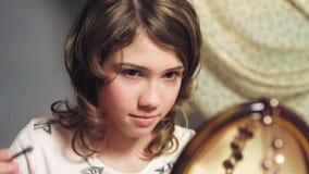 Девушка делая состав с тенями для век сестер, представляет для того чтобы быть маленькой принцессой стоковые изображения rf