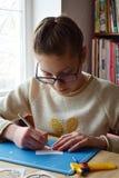 Девушка делая tunnelbook весна поздравительной открытки 3D Оборудование и инструменты художественного произведения для отрезка бу стоковые фото