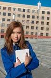 Девушка дела гуляя вниз с улицы Стоковое Фото