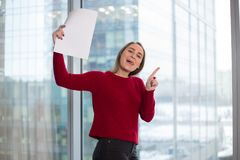 Девушка дела на окне с читать бумаг утеха в решениях подписание согласования и соглашаться с партнерами стоковые изображения