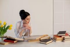 Девушка дела сидит в секретарше папок бумаги офиса Стоковая Фотография RF