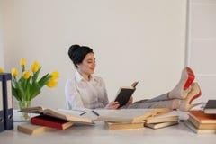 Девушка дела сидит в секретарше папок бумаги офиса Стоковые Изображения RF