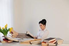 Девушка дела сидит в секретарше папок бумаги офиса Стоковое Изображение