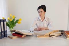 Девушка дела сидит в секретарше папок бумаги офиса Стоковое Изображение RF