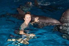 девушка дельфина счастливая Стоковое фото RF