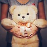 Девушка держащ и обнимающ плюшевый медвежонка Идея концепции - до свидания к детству сбор винограда типа лилии иллюстрации красны Стоковое Фото