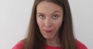 Девушка держа жевательную резину ее рот акции видеоматериалы