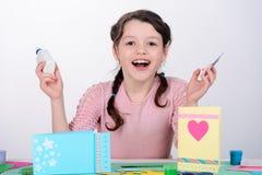Девушка держа клей и ножницы стоковые фотографии rf