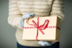 Девушка держа коробку с подарком на рождество Стоковые Фотографии RF