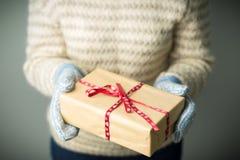 Девушка держа коробку с подарком на рождество Стоковое Фото