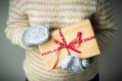 Девушка держа коробку с подарком на рождество Стоковые Изображения