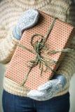 Девушка держа коробку с подарком на рождество Стоковые Изображения RF